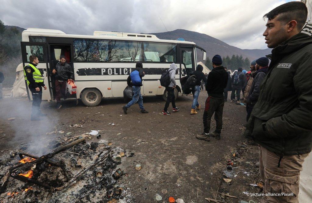 مقام های بوسنایی گروهی از پناهجویان را از جاده های شهر بیهاج به اردوگاه وویجاک انتقال دادند.