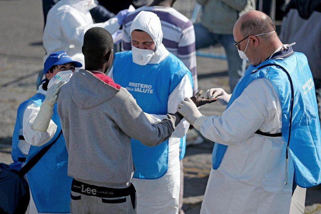 فحص طبي للمهاجرين الذين تم إنقاذهم بالقرب من ليبيا. المصدر: أنسا / أليساندرو دي ميو.