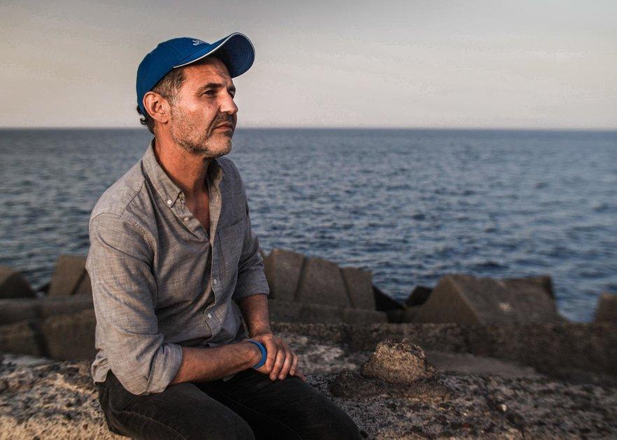 خالد حسیني په سیسیلي ښار کې له کډولو سره کتنه کوي، Thomson Reuters Foundation