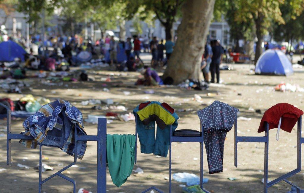 "ansa / ملابس لمهاجرين على سور الحديقة وسط العاصمة الصربية بلجراد. المصدر: ""إي بي إيه""/ اندريا تشوكيتش."