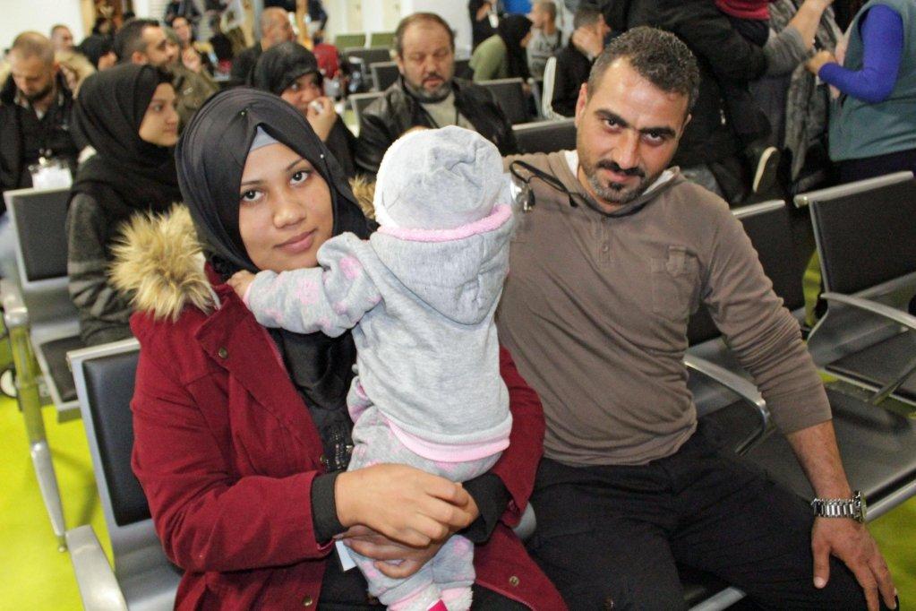 لاجئون سوريون يتم الترحيب بهم من قبل جميعة سانت إيجيديو في مهبط مطار فيوميتشينو. المصدر: أنسا.