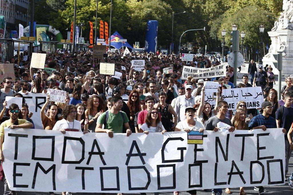 """ansa / مظاهرة لدعم اللاجئين في لشبونة، حيث رفعت لافتات مدون عليها """"الجميع في كل مكان"""". المصدر: إي بي أيه/ أنتونيو كوتريم"""