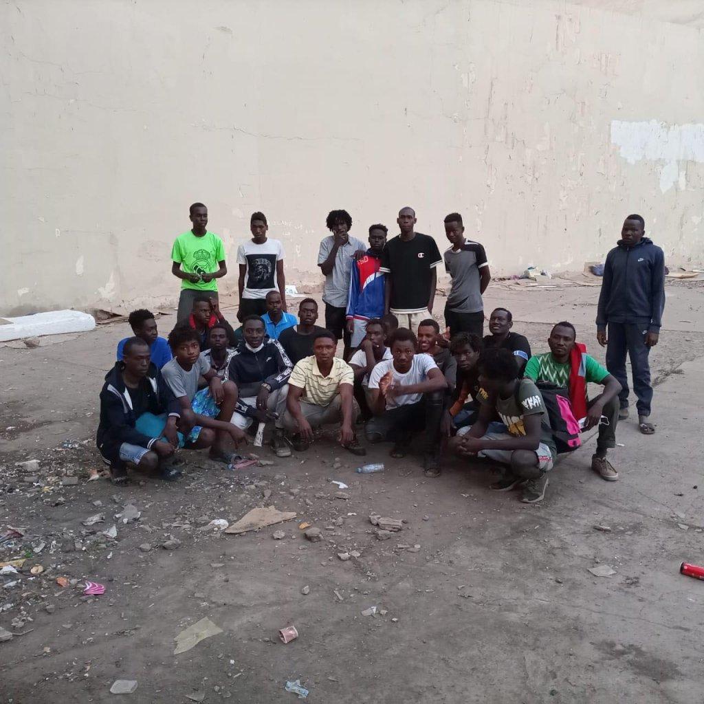 Ces Soudanais dorment dans les rues d'Oujda sur des morceaux de cartons. Crédit : AMDH