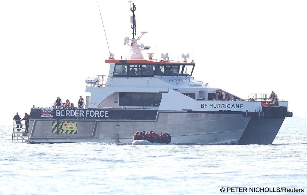 Des migrants secourus par les forces britanniques, le 4 août 2021. Crédit : Reuters