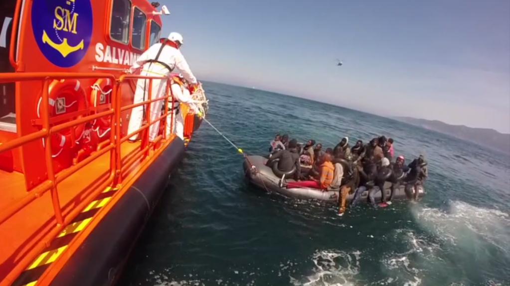 Une équipe des sauveteurs espagnols porte secours à une embarcation de migrants. Crédit : Salvamento Marítimo
