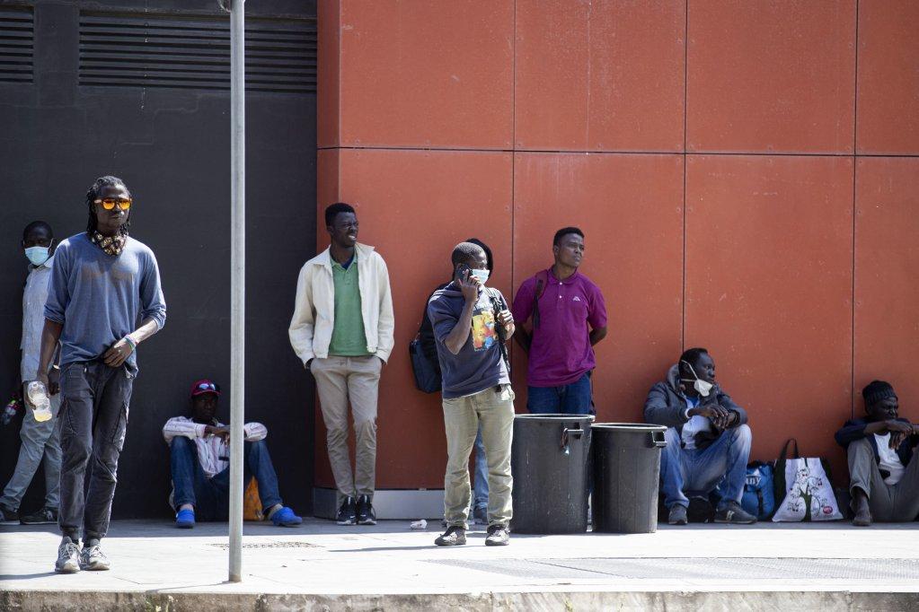 مهاجرون في محطة تيبورتينا في روما.  المصدر:  أرشيف أنسا / ماسيمو بيركوتسي.