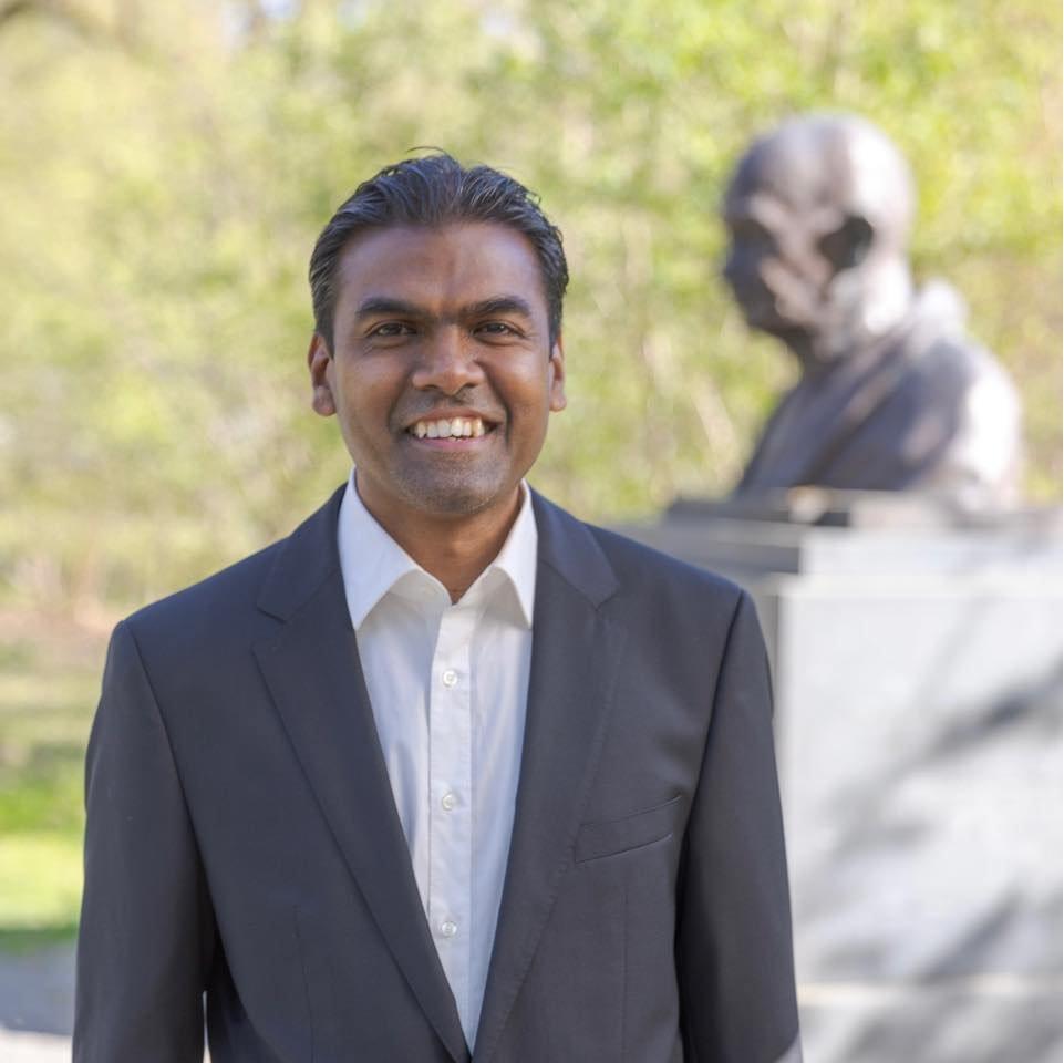 بالا رامالي، مهاجر من أصول هندية، يعيش في ألمانيا منذ عام 2000، تلقى خطابا عنصريا بعد ترشحه للانتخابات في هانوفر