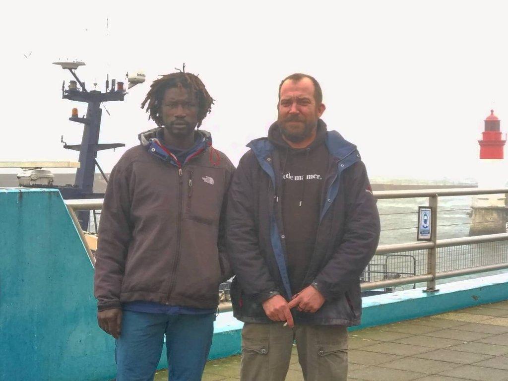 Papa N'diaye, pêcheur sénégalais travaillant en Bretagne, à côté de Charles Braine, président de l'association Pleine Mer. Crédit : Twitter / Association Pleine Mer