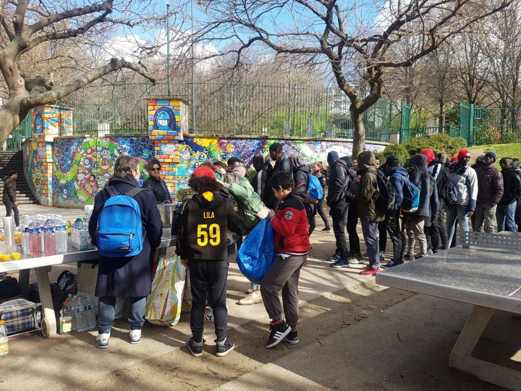 Plusieurs jeunes font la queue pour recevoir un repas chaud au jardin de la rue Pali-Kao, le jeudi 7 mars. Crédit : InfoMigrants