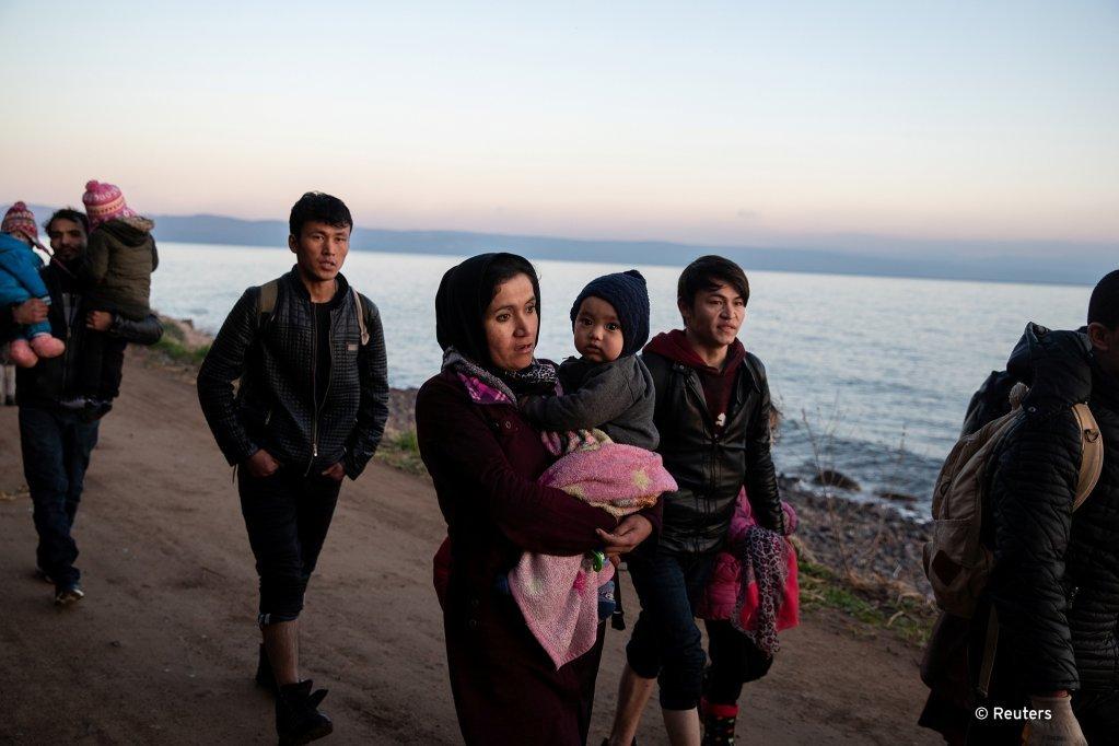 Près du village de Skala Sikamias, ce groupe vient de traverser la mer Egée pour arriver sur l'île de Lesbos, mars 2020 | Photo: REUTERS/Alkis Konstantinidis