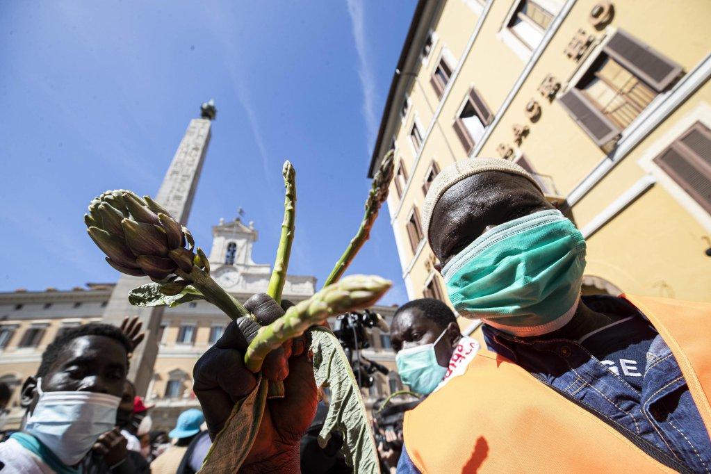 مهاجرون عاملون في الزراعة يشاركون في مظاهرة احتجاجية في ساحة مونتيسياتوريو في روما. المصدر: أنسا/ ماسيميو بيركوتزي.