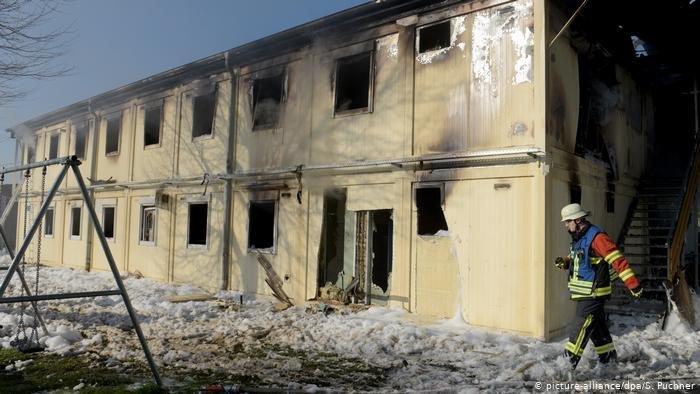صورة من الأرشيف لمركز إيواء تم إحراقه في ألمانيا