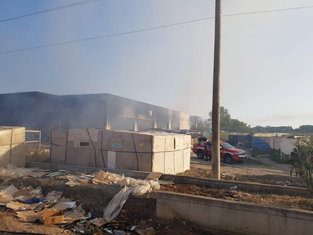المباني المحترقة في منطقة لافيلاندينا بميتابونتو دي بيرنالدا جنوب مقاطعة ماتيرا، حيث توفيت مهاجرة شابة. المصدر: أنسا.