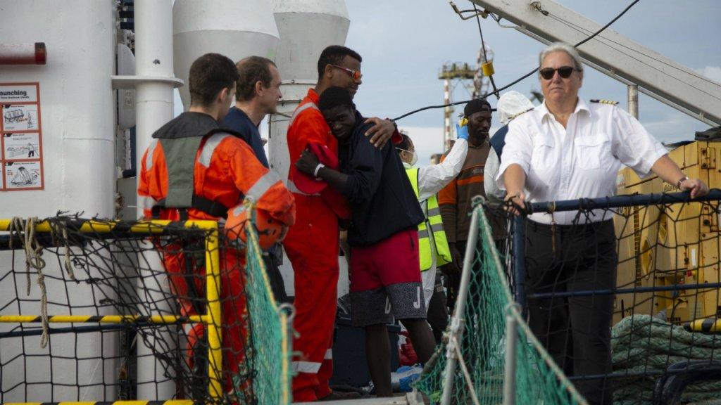 """سفينة """"آلان كردي"""" تنزل المهاجرين جنوب إيطاليا. الصورة: منظمة """"سي آي"""" الألمانية"""