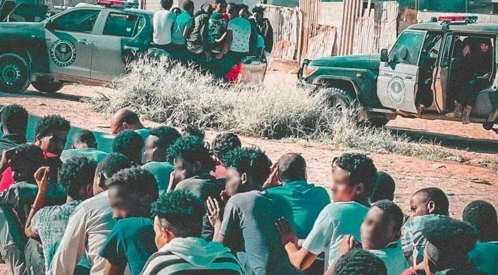 Des centaines de migrants subsahariens arrêtés dans la commune de Gargaresh, le 1er octobre. Crédit : ministère libyen de l'Intérieur