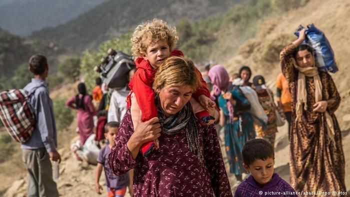 صورة من الأرشيف: إيزيديون من شمال العراق يفرون من داعش