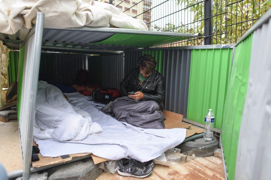 عکس آرشیف: سرپناه یک مهاجر افغان در  پورت دو لا شاپل، تابستان ۲۰۱۸. عکس از مهدی شبیل