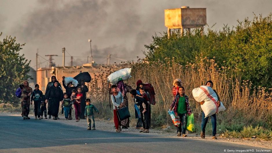 در پی عملیات ترکیه در خاک سوریه، ساکنان رأسالعین محل زندگی خود را ترک میکنند.