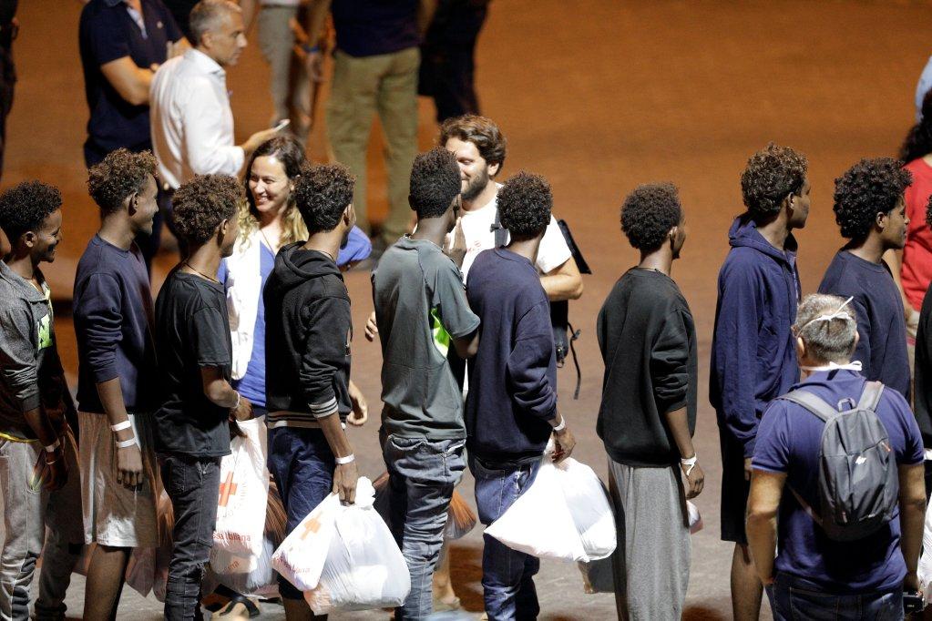 REUTERS/Antonio Parrinello |Des migrants secourus du «Diciotti» débarquent du navire, dans le port de Catania, en Italie, le 26 août 2018.