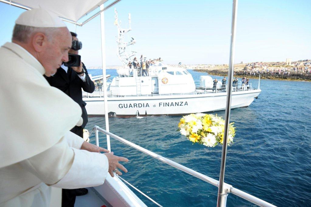 البابا فرنسيس في لامبيدوزا، ينثر الورود في البحر في ذكرى المهاجرين الذي توفوا غرقا. المصدر: أنسا.