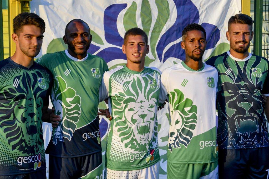 """ANSA / أعضاء من فريق """"أفرونابولي"""" الذي تم إدراجه في بطولة الهواة الأولى، ويضم لاعبين من نابولي وأفريقيا وأمريكا الجنوبية. المصدر: أنسا/ سيرو فوسكو."""