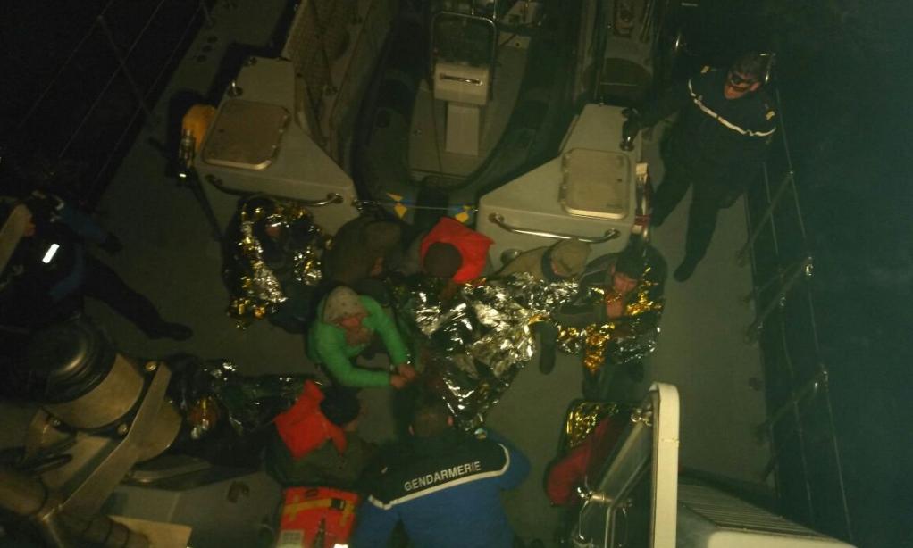مهاجران نجات دادهشده در کانال مانش. عکس از: گارد ساحلی فرانسه.