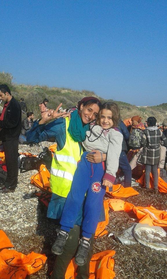 الناشطة نوال الصوفي مع أحد المهاجرين