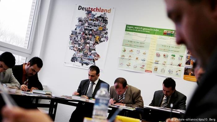 لاجئون خلال إحدى دورات الاندماج في ألمانيا.