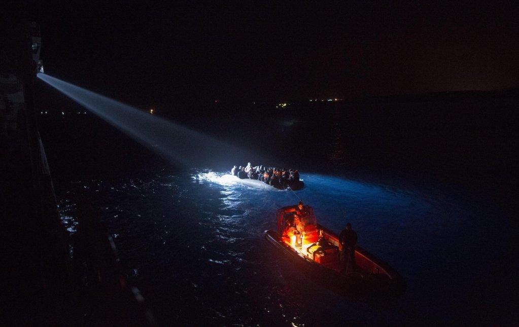 ANSA / كاشف ضوئي مسلط من سفينة خفر سواحل تركية على قارب يقل مهاجرين سوريين خلال محاولتهم الوصول لليونان. المصدر: إي بي إيه/ تولجا بوزوجلو.