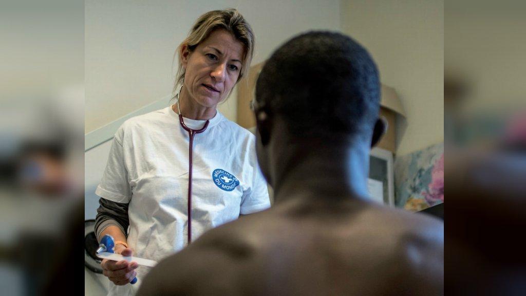 إحدى خدمات الرعاية الصحية المقدمة من أطباء العالم في باريس. أوليفيير بابوني، تجمع هوما