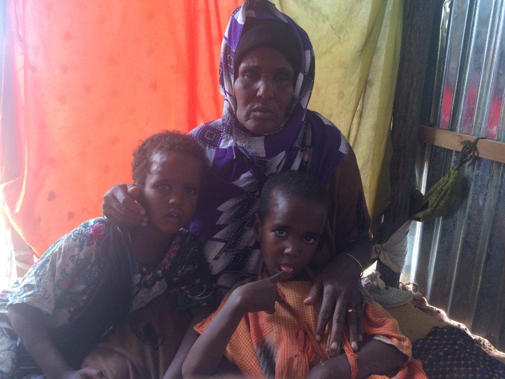 RFI/Sébastien Nemeth |Dans le camp Orshe à Galcacyo en Somalie, Deejo Adbi avec ses deux enfants en juillet 2017.
