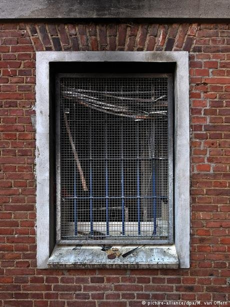 نافذة زنزانة اللاجئ السوري أحمد أ.