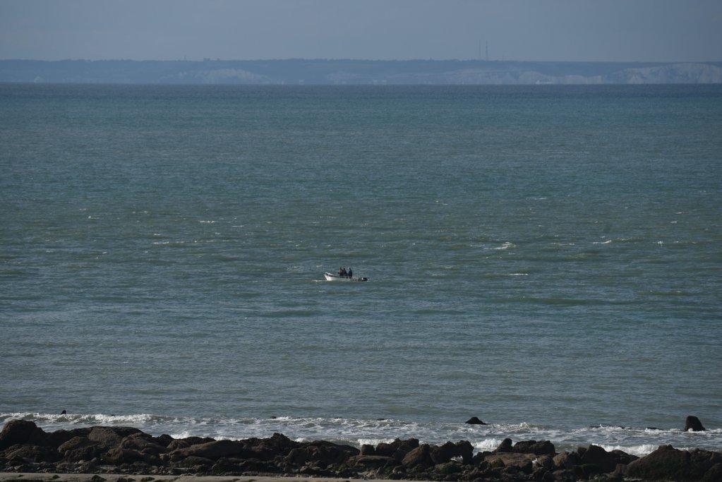 قایق کوچک مهاجران در آب های کانال مانش. عکس: مهدی شبیل/ مهاجرنیوز