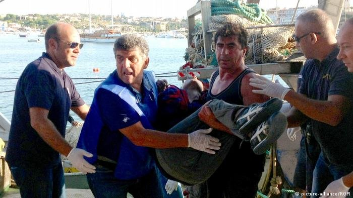 Bartolo (in the blue vest) has helped migrants for nearly 30 years. | Photo: picture-alliance/ROPI