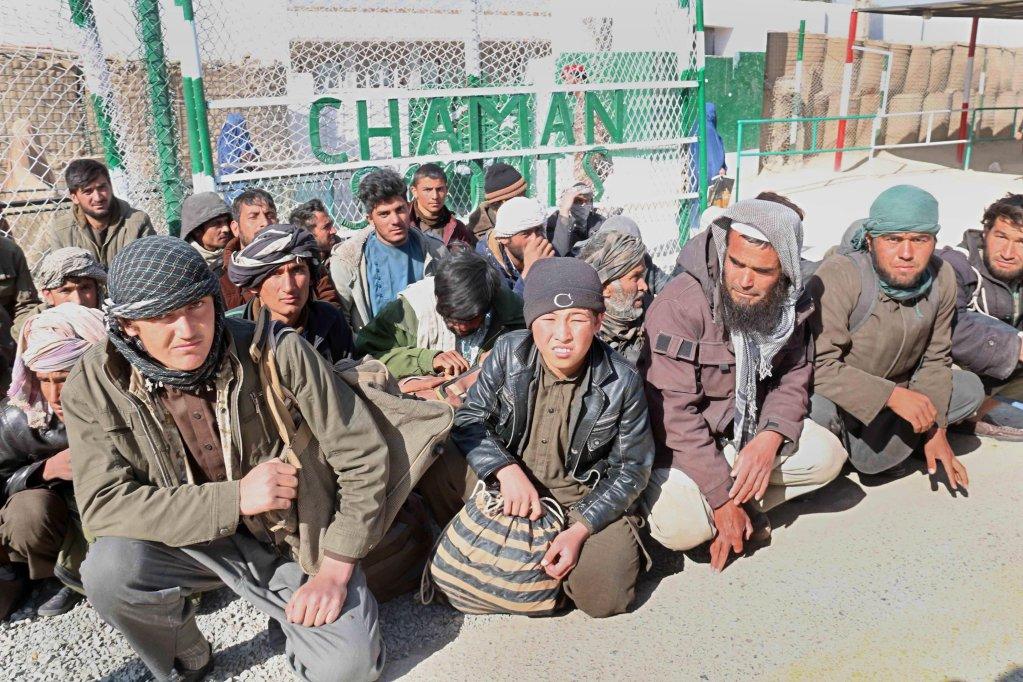 مهاجرون أفغان محتجزون ينتظرون إعادتهم إلى بلادهم، بالقرب من الحدود في منطقة شامان الباكستانية. المصدر: إي بي إيه/ أختر جولفام.