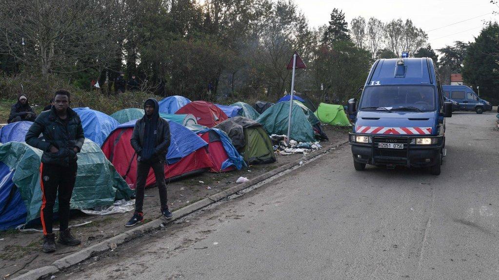 رجال الشرطة يفككون مخيمًا للمهاجرين في كاليه. في تشرين الأول/أكتوبر 2019. الصورة: مهاجرنيوز/مهدي شبيل