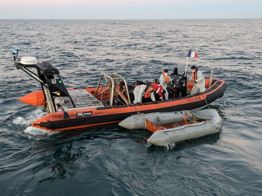 روز پنجشنبه ۳۰ جولای نیروهای فرانسوی حدود ۳۰ مهاجر را از کانال مانش نجات دادند. عکس از @permamanche