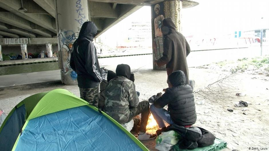 From file: Migrants under a bridge in Paris | DW/L.Louis