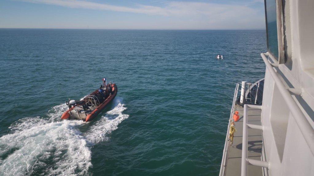 نیرو های دریایی فرانسه سراغ قایق مهاجران در آب های مانش می روند. عکس: برگرفته از صفحه تویتر فرمانده دریای شمال فرانسه