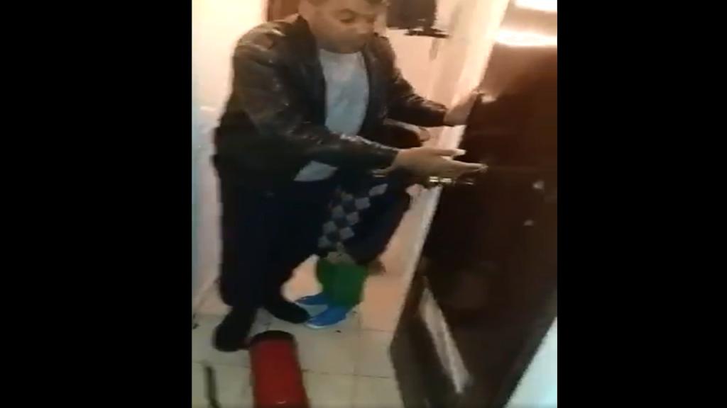 صورة ملتقطة من الفيديو/لاجئ سوري تعرض للاعتداء في مركز فيليا قرب العاصمة اليونانية