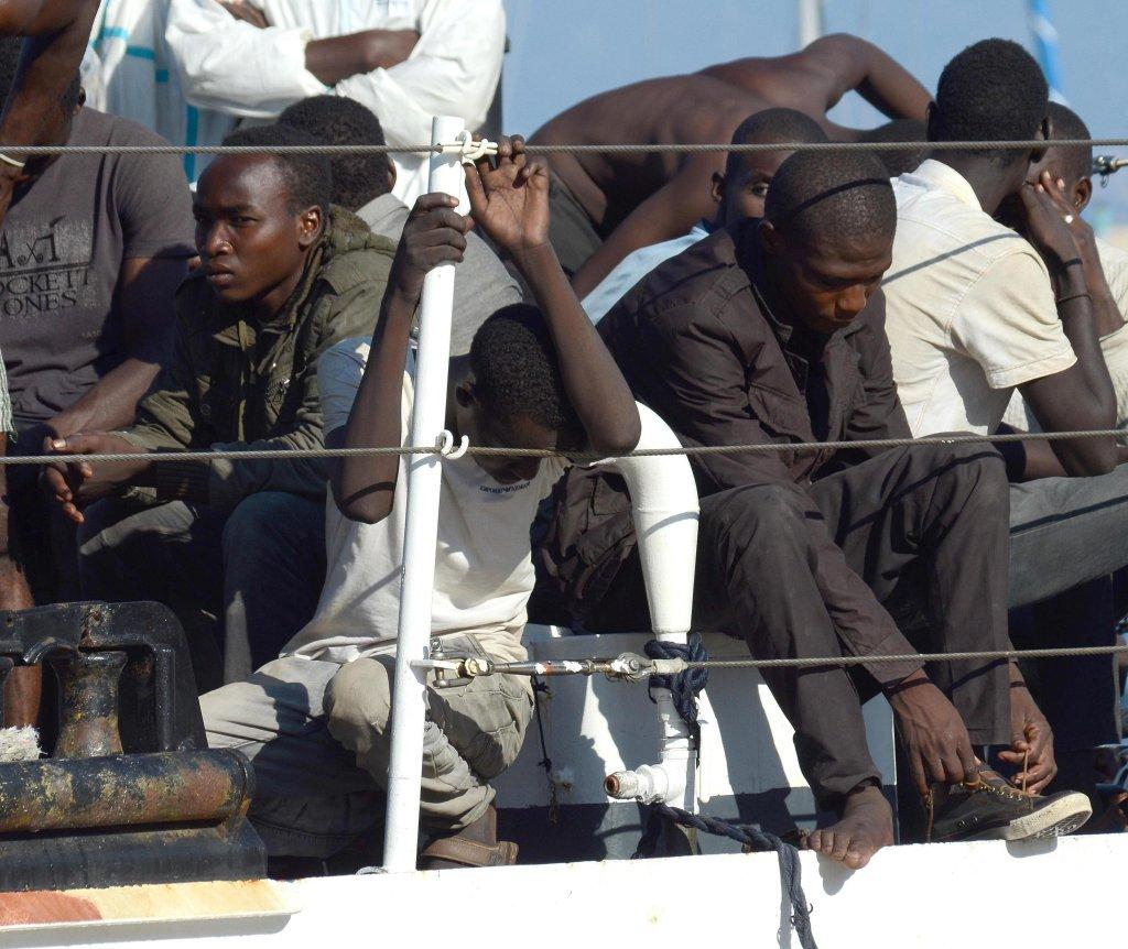 ansa / عدد من المهاجرين الذين تم إنقاذهم في البحر المتوسط لدى وصولهم للساحل الجنوبي لإيطاليا. المصدر: ماركو كوستانتينو/ أنسا.