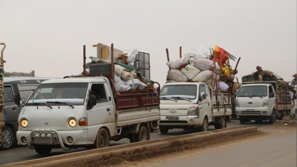 © رويترز |شاحنات تحمل متعلقات أشخاص يفرون من معرة النعمان بمحافظة إدلب في سوريا في منتصف كانون الأول ديسمبر 2019