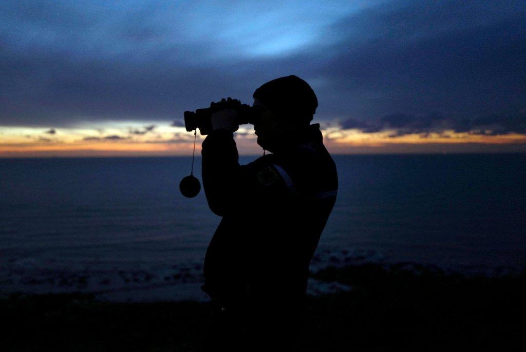 یک مسئول ژاندارم فرانسوی در ساحل آمبلوتوز با دوربین منطقه را نظارت می کند، ١٨جنوری ٢٠١٩. عکس: آسوشیتد پرس