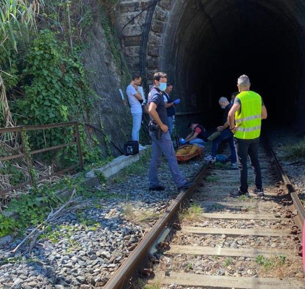 Les autorités italiennes récupèrent le corps d'un jeune migrant électrocuté dans un train à destination de la France le 29 août 2021. Crédit : Ansa