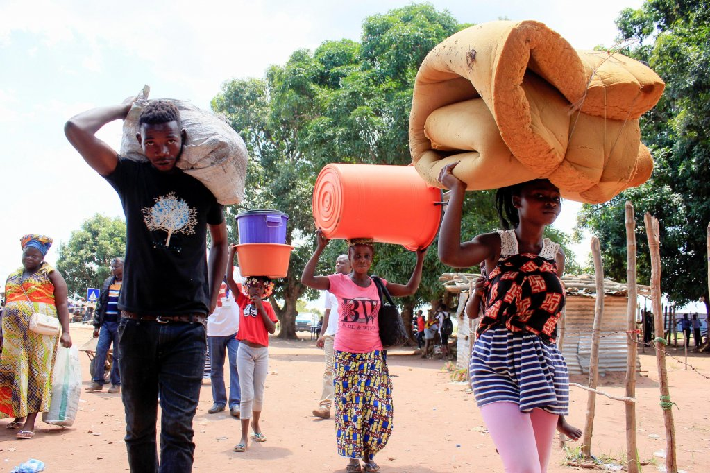 Displaced families with their belongings at the border post of Chissanda in Dundo, near the border with DR Congo, in Angola | Photo: EPA/Ampe Rogerio
