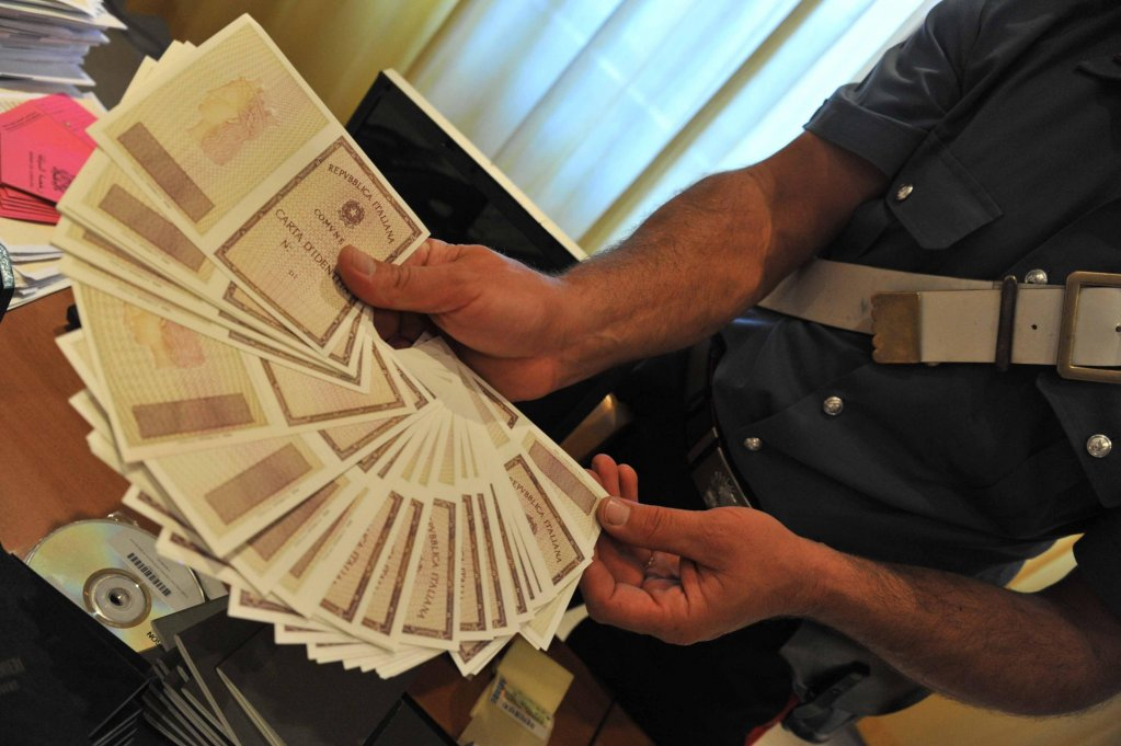 ANSA / شرطي يظهر وثائق مزورة تمت مصادرتها في نابولي. المصدر: أنسا / سيزار أباتي.