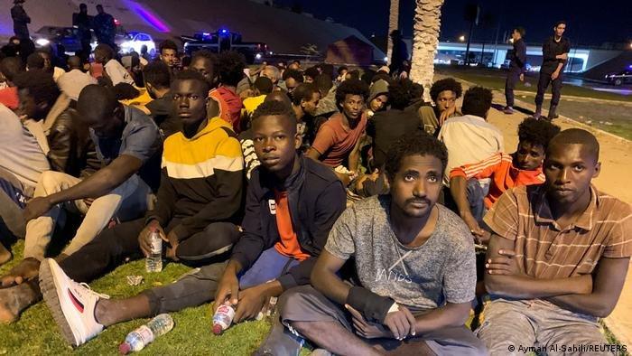 Ayman Al-Sahili/REUTERS |السلطات الليبية أطلقت النار على مئات المهاجرين أثنار محاولتهم الفرار من مركز احتجاز بطرابلس