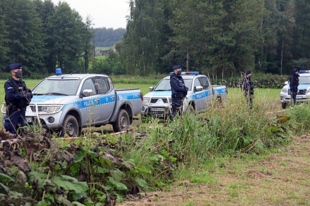 قریه اوسنارز گورنی در شمال غرب پولند، ماموران پولیس پولند در  مرز این کشور با بلاروس ایستاده اند/عکس: ARCHIVE/EPA/ARTUR RESZKO POLAND OUT
