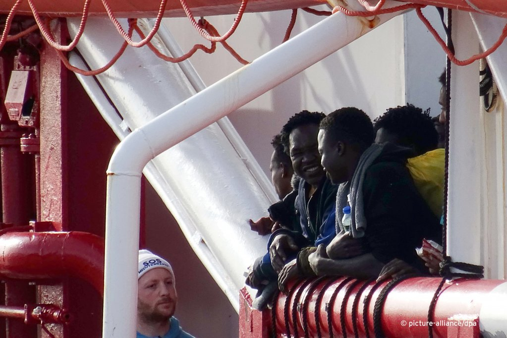 Migrants waiting to disembark from the Ocean Viking in Taranto, Italy | Photo: Picture-alliance/dpa