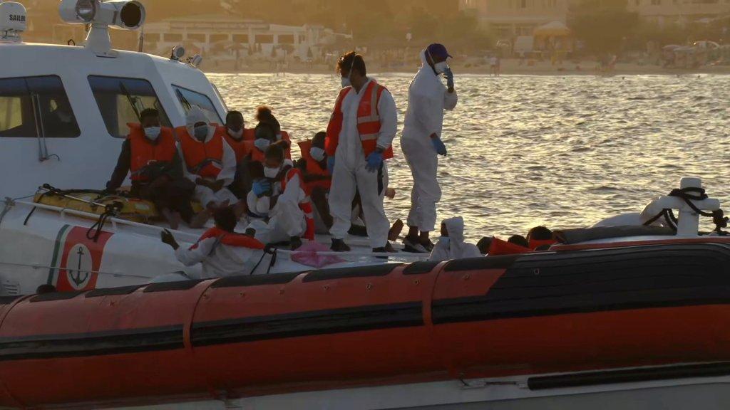 """Des migrants """"fragiles"""" du Louise Michel accueilli à Lampedusa pour y être soignés, le 29 août 2020. Crédits : Reuters."""